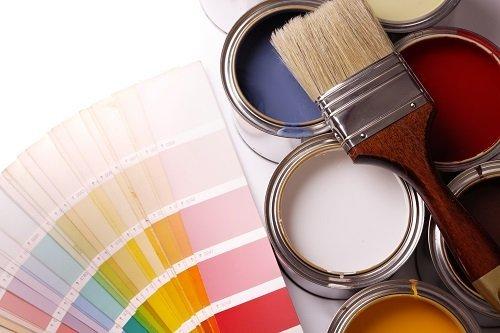 Campionario di colori con barattoli di vernice e pennello