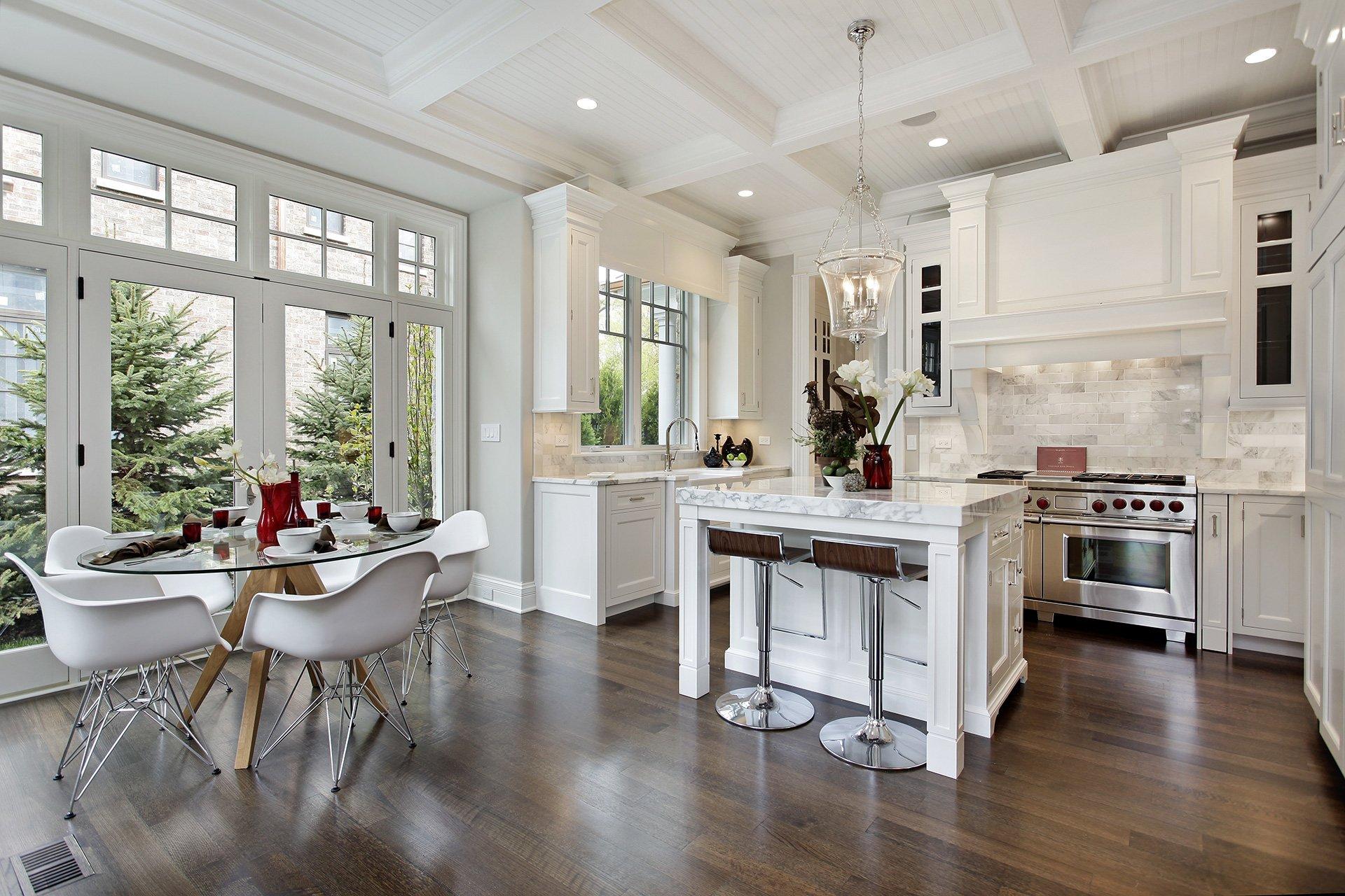 cucina con mobili in legno laccato bianco