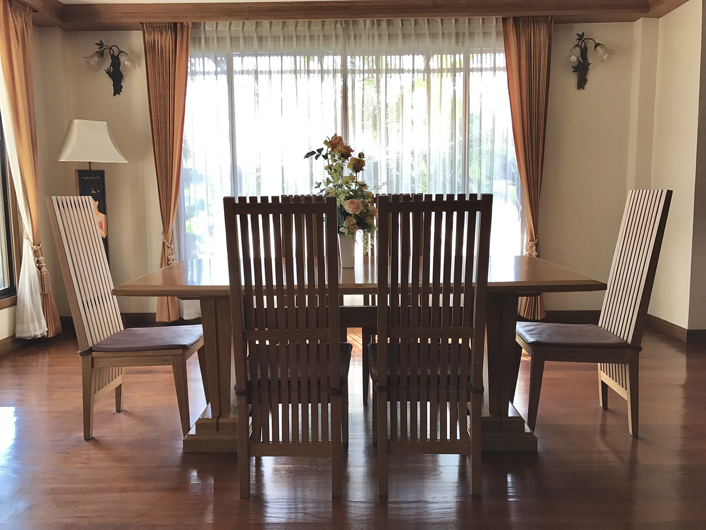 vista di un tavolo in legno in salotto