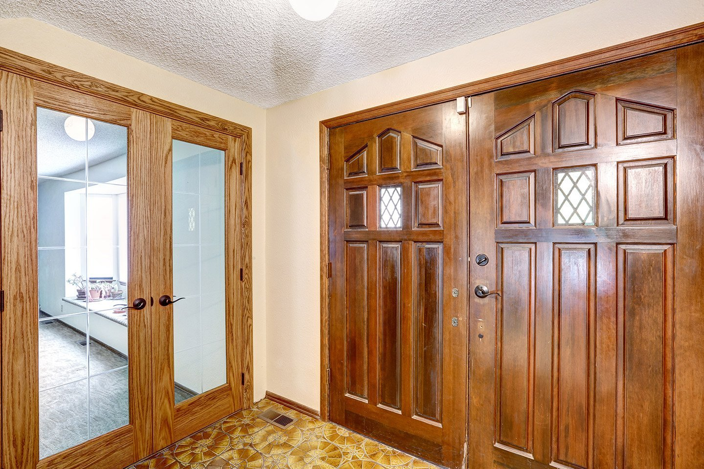 vista angolare di una stanza con armadio e finestra in legno