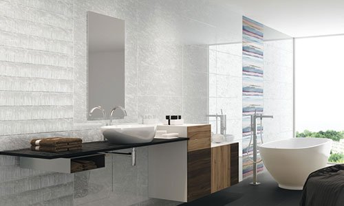 Esposizione di arredamento del bagno con vasca da bagno, lavabo di color bianco, mobili di color marrone e pareti di color bianco