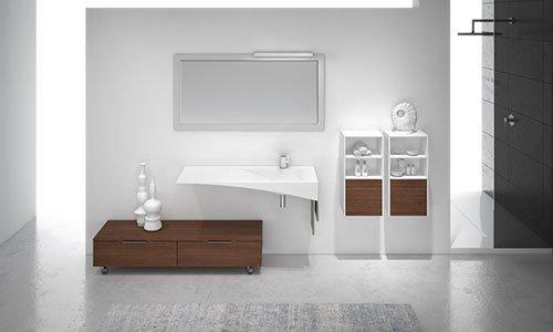 disegno di un bagno con un mobiletto marrone con due oggetti bianchi in basso, sopra un lavabo bianco e una specchiera rettangolare e sulla destra due armadietti a muro con dei prodotti