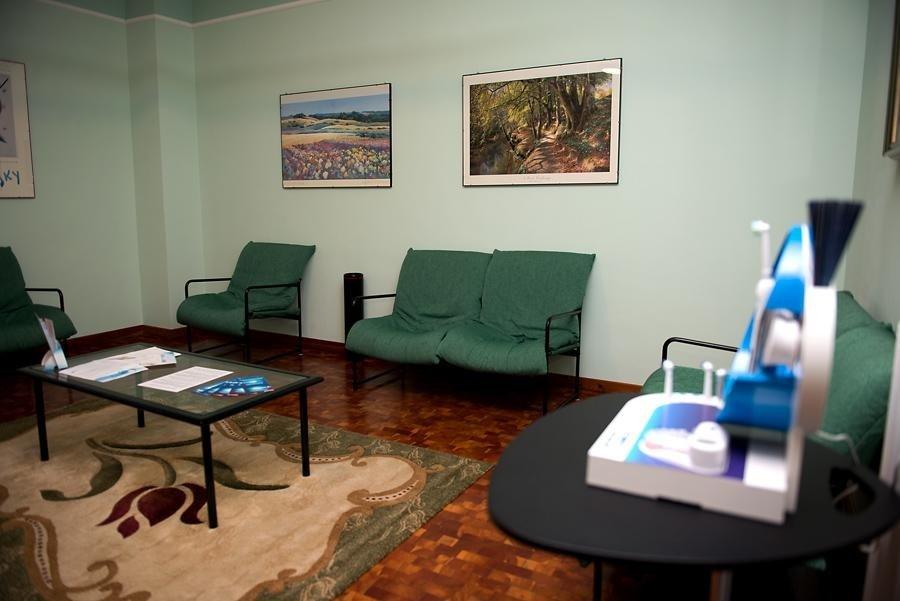 una sala d'attesa con poltroncine verdi
