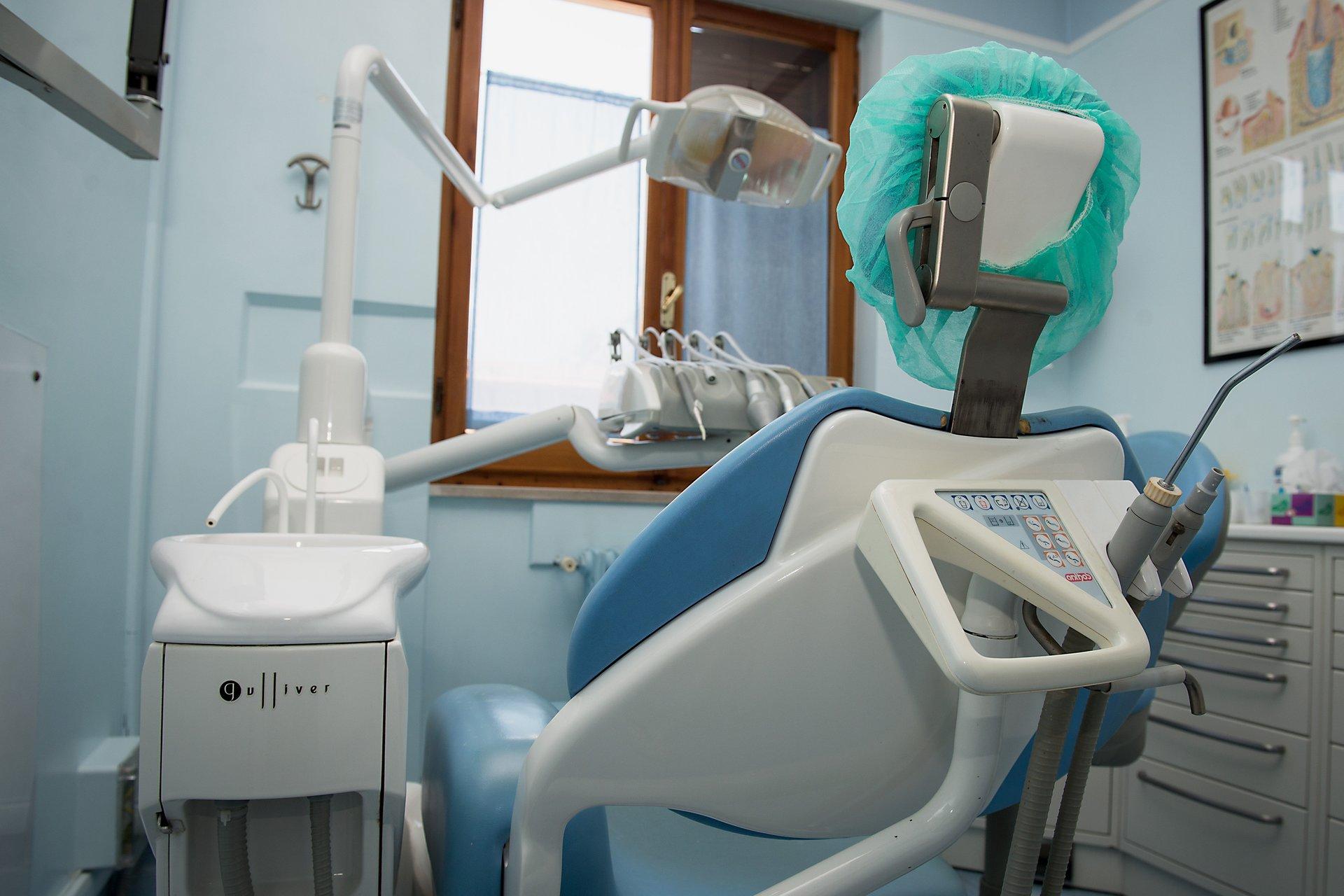 vista di una poltrona da dentista