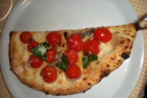 Pizza con pomodorini pachino saltati in padella