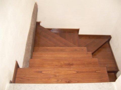 Si mettono in posa rivestimenti in legno per scale