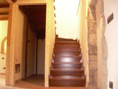 La ditta di Montefiascone offre servizio di progettazione e realizzazione di scale in legno artigianali