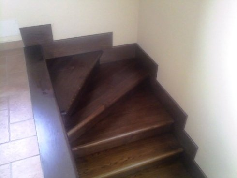 Produzione e messa in opera di scale in legno per interni