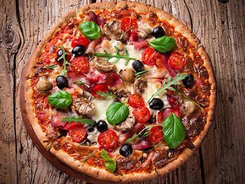 Pizza con olive nere e basilico