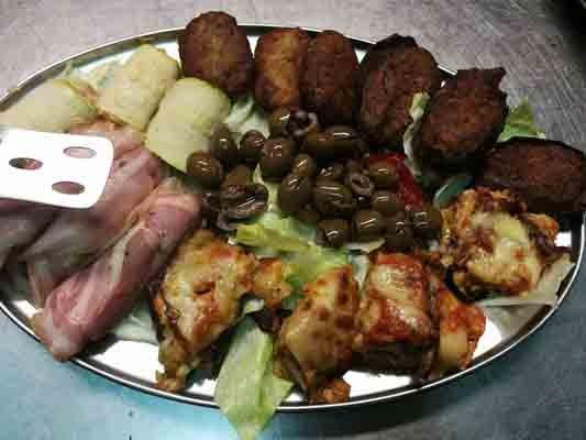 Antipasto con salumi, polpette fritte e olive
