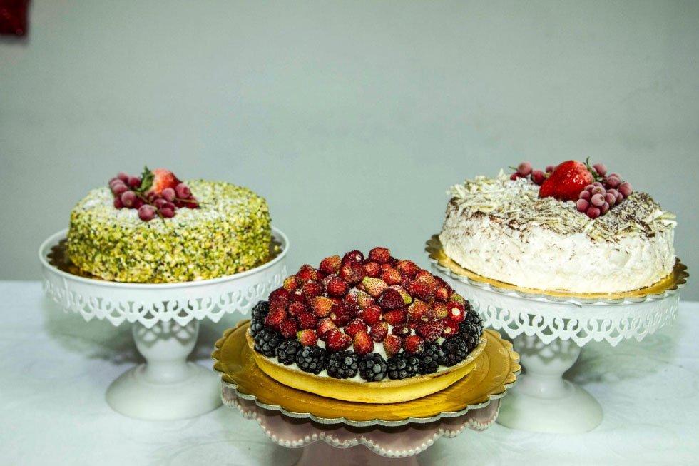tre torte di diversi tipi con sopra dei frutti di bosco