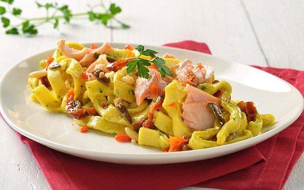 un piatto di pappardelle al salmone e del prezzemolo