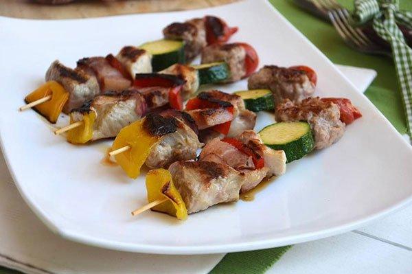 degli spiedini di carne e verdura