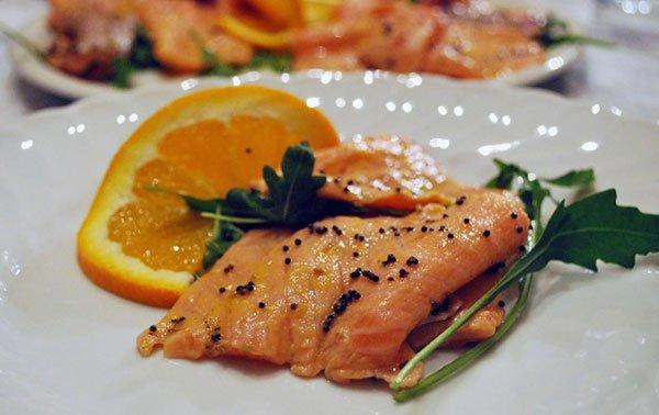 un filetto di salmone con pepe e arancia