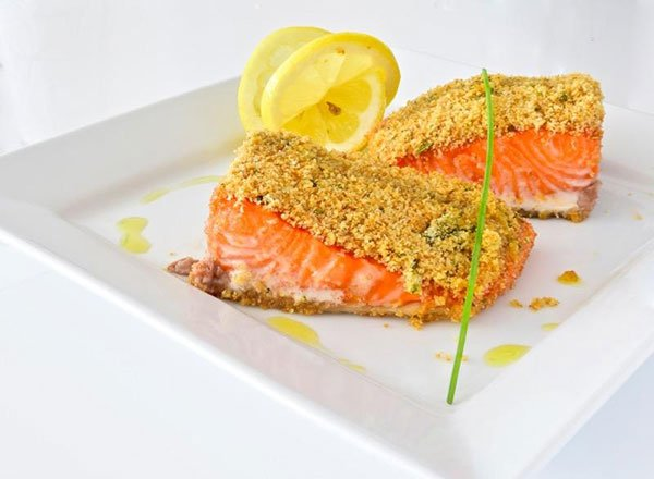 un salmone impanato e delle fette di limone