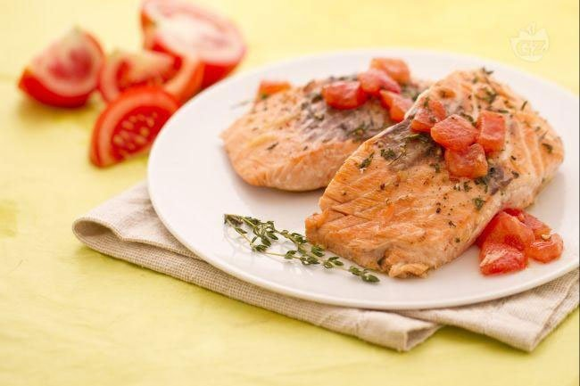 un piatto di salmone ai ferri e pomodorini