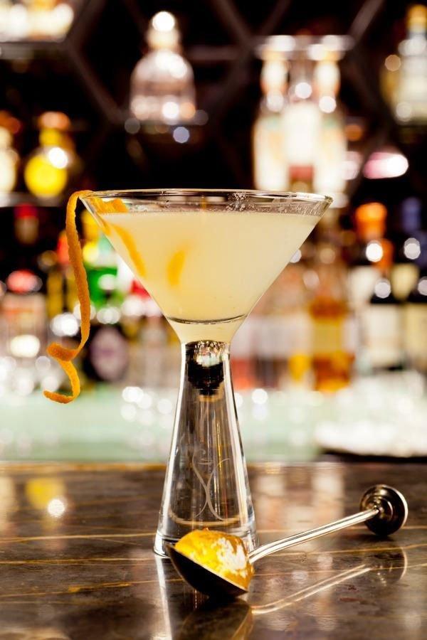 un bicchiere con un cocktail giallo