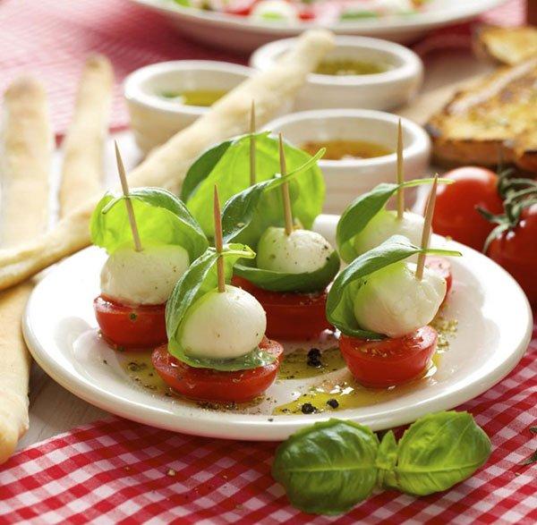 degli stuzzichini con mozzarella, pomodoro e basilico