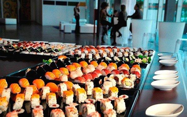 dei vassoio con del sushi di diverso tipo