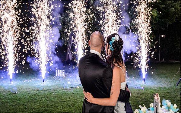 degli sposi abbracciati e di fronte delle fontane pirotecniche