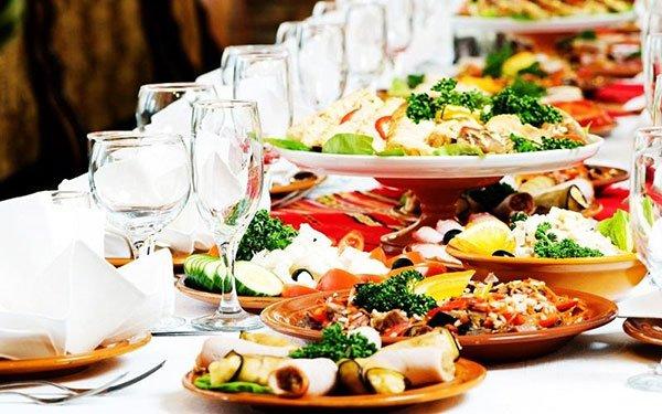 dei piatti di verdure e antipasti e dei bicchieri