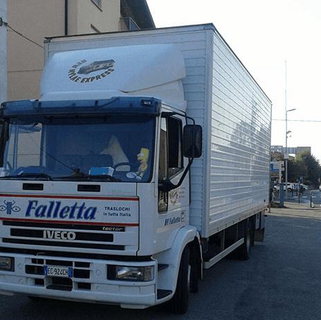 un camion con rimorchio