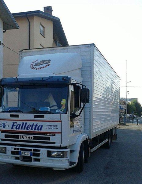 un camion bianco con scritto Faletta in blu