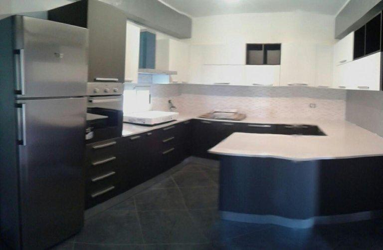 Una cucina nera con penisola blu