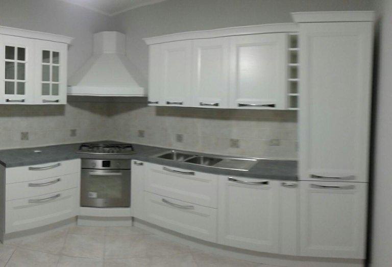 Una cucina bianca