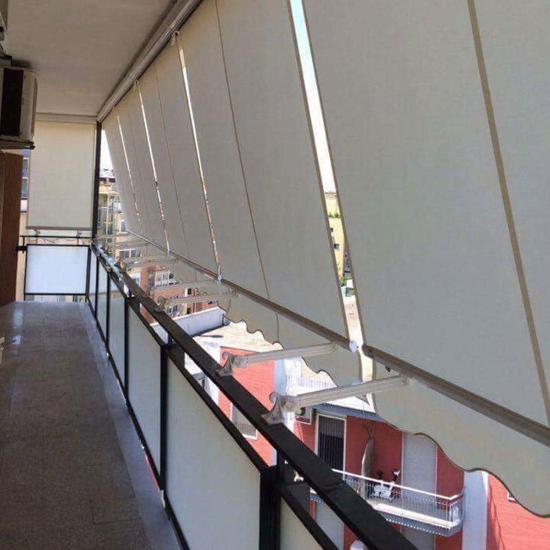 delle tende da esterno e vista della ringhiera di un balcone