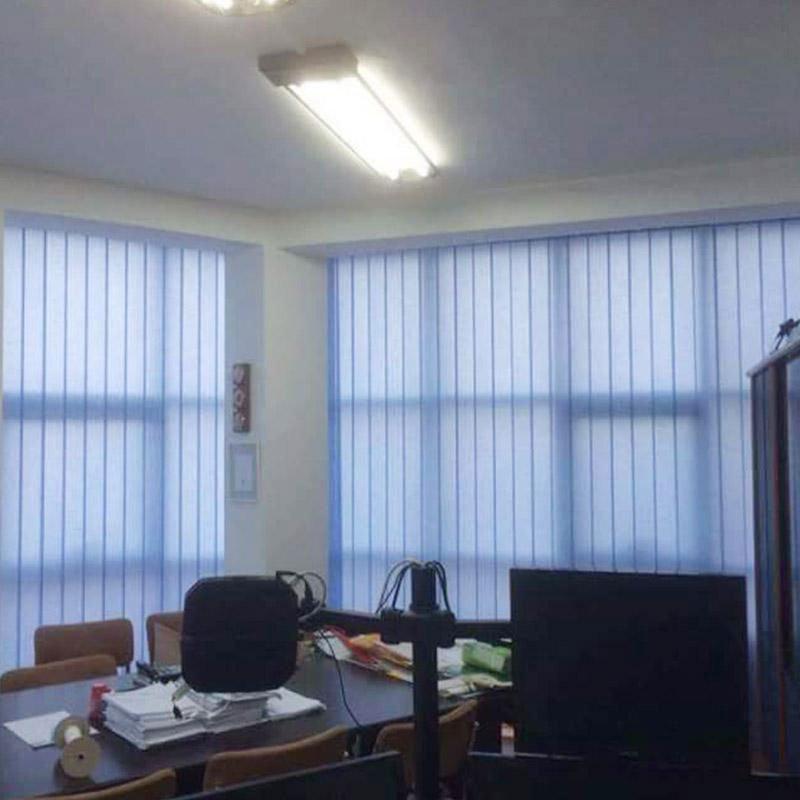 un ufficio con vista delle tende alle finestre