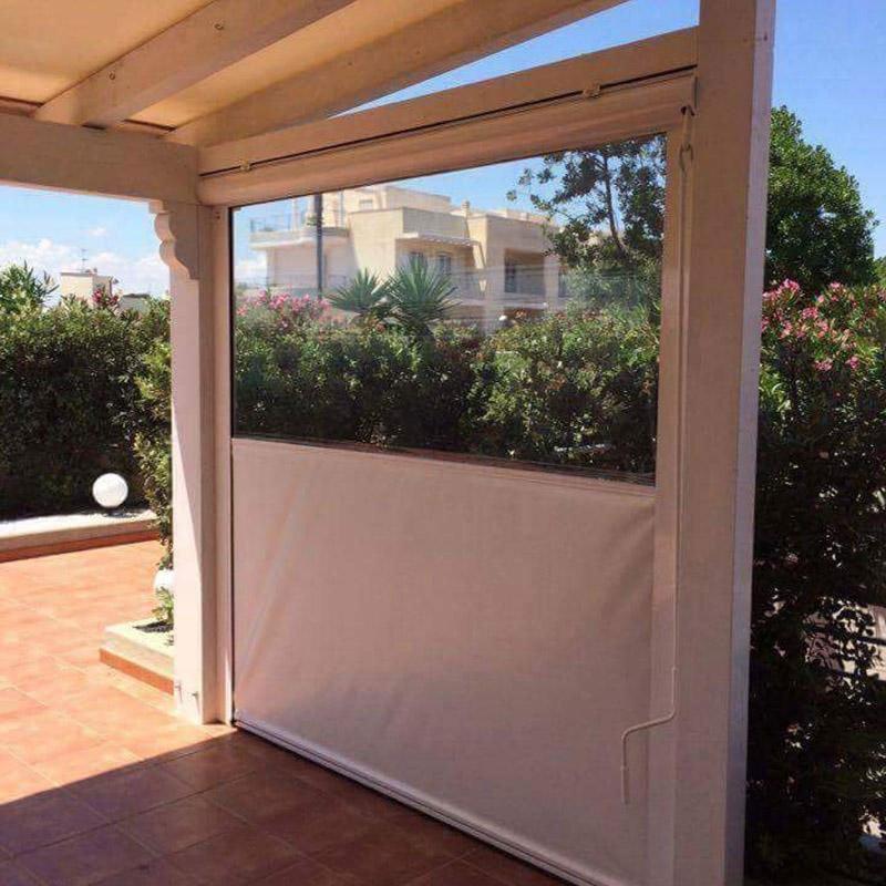 vista di una veranda e dietro degli oleandri