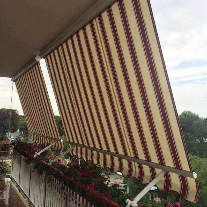 delle tende da esterno a righe gialle e rosse su un balcone