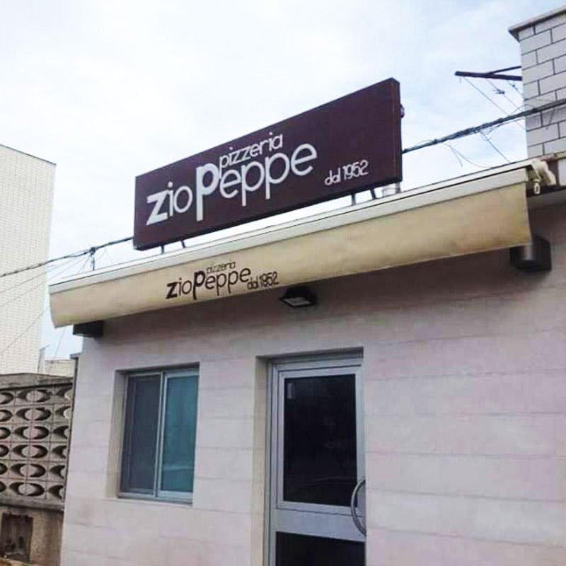 vista del tendone da esterno di una pizzeria con scritto Zio Peppe