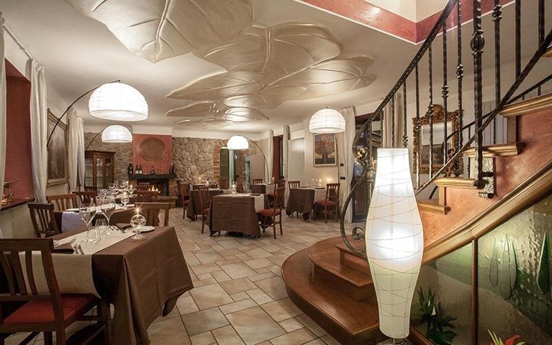 vista laterale di una scala interna in legno con tavolo apparecchiato in un ristorante