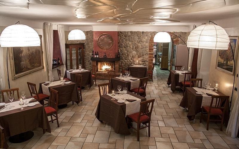 Un lato del ristorante con tavoli apparecchiati