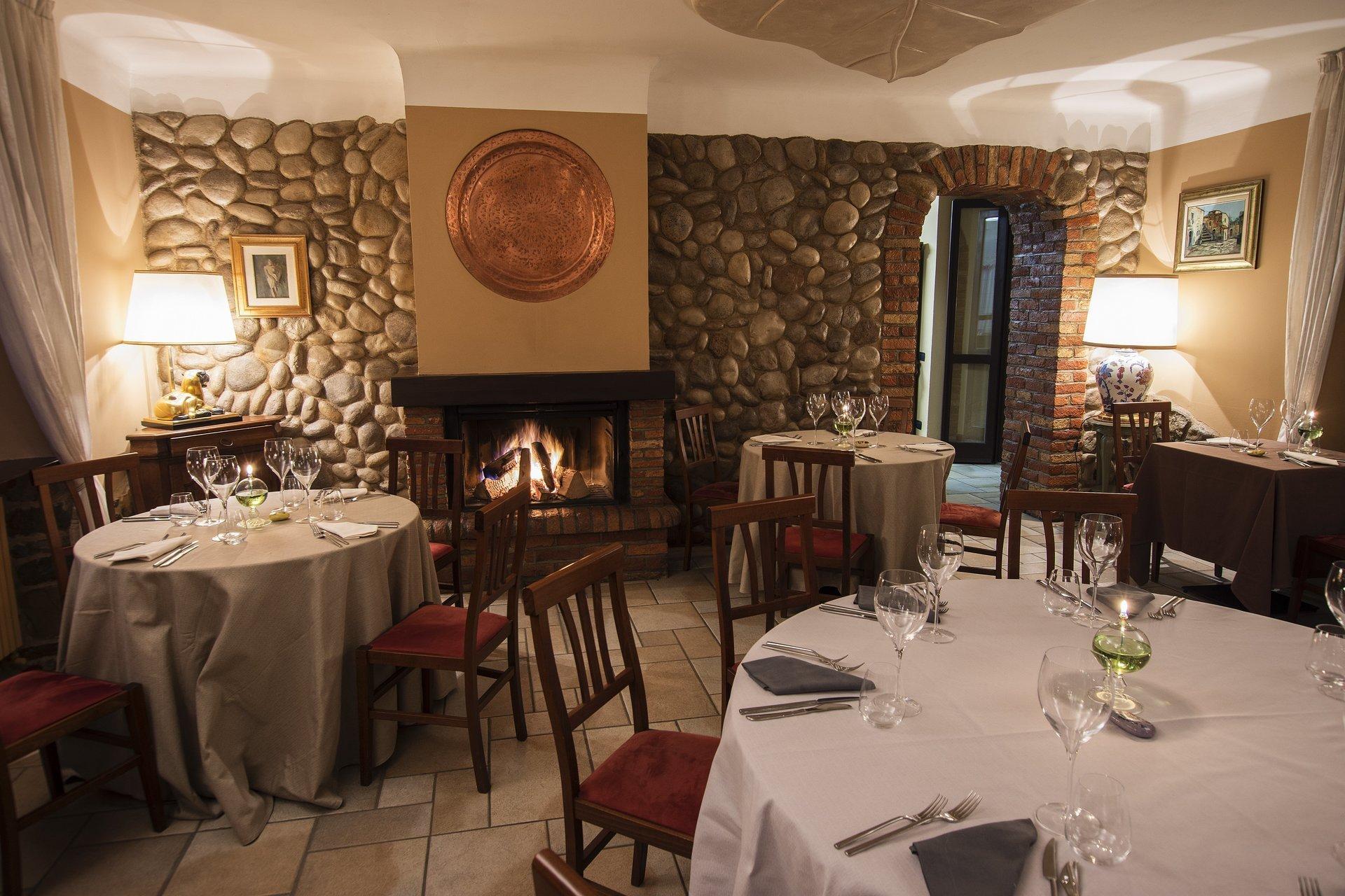 tavola in sala con camino