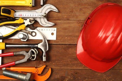utensili e un casco da cantiere