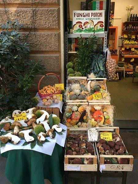 delle cassette di frutta e verdure fuori da un negozio
