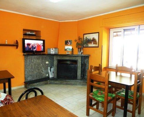sala comune con camino della residenza anziani