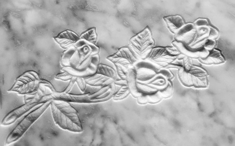 fiori incisi su marmo