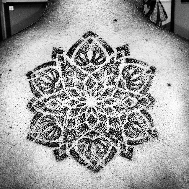 tatuaggio fiore nero e bianco