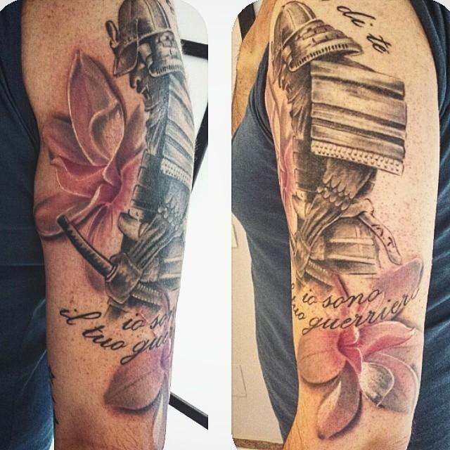 tatuaggi fiori su tutti corpo di una persona