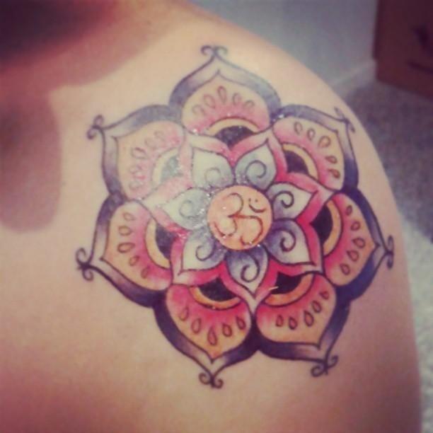 tatuaggio a forma fiore