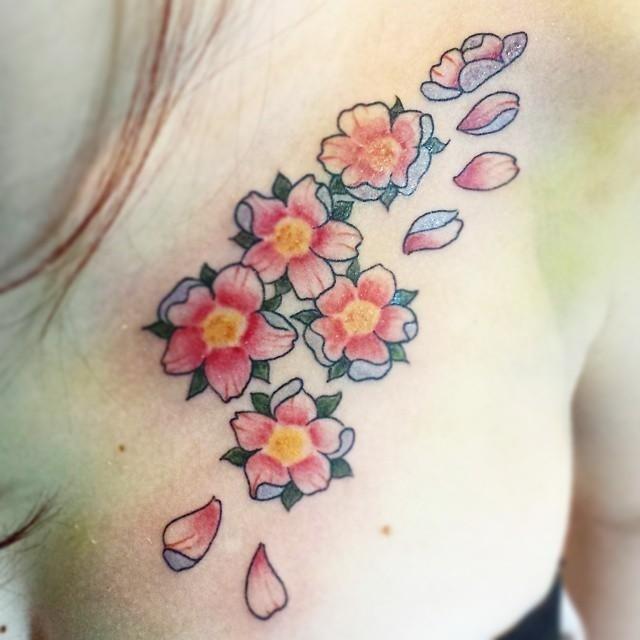 tatuaggio fiori su una ragazza