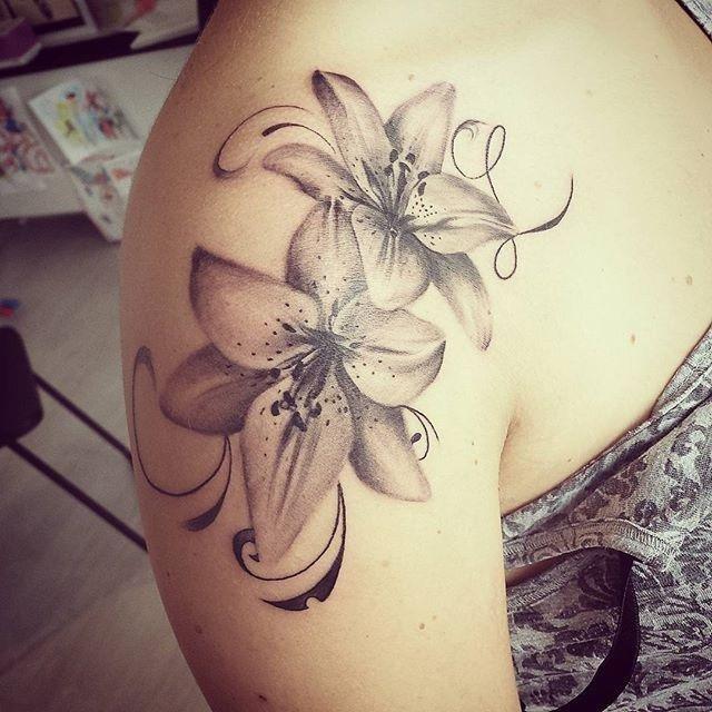 tatuaggio fiore su corpo di una ragazza
