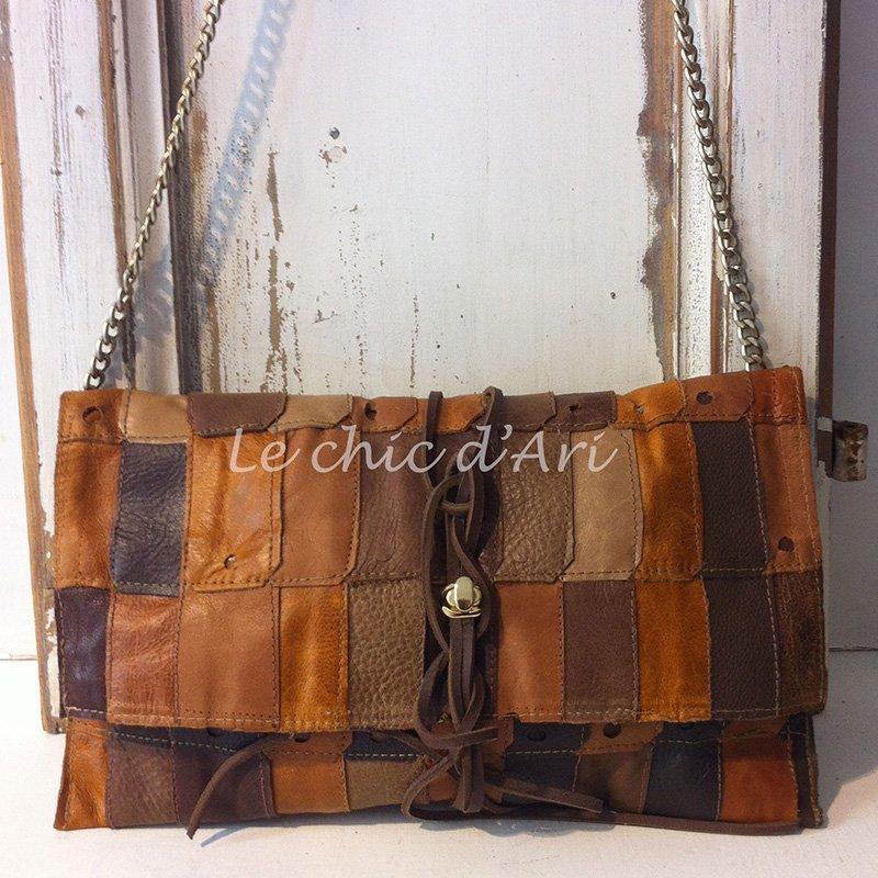 Una borsa con patchwork di pelle di color marrone e sfumature di color giallo