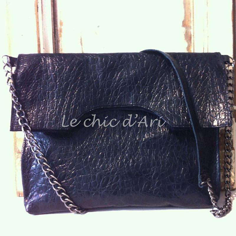 Una borsa di color nero con una catena