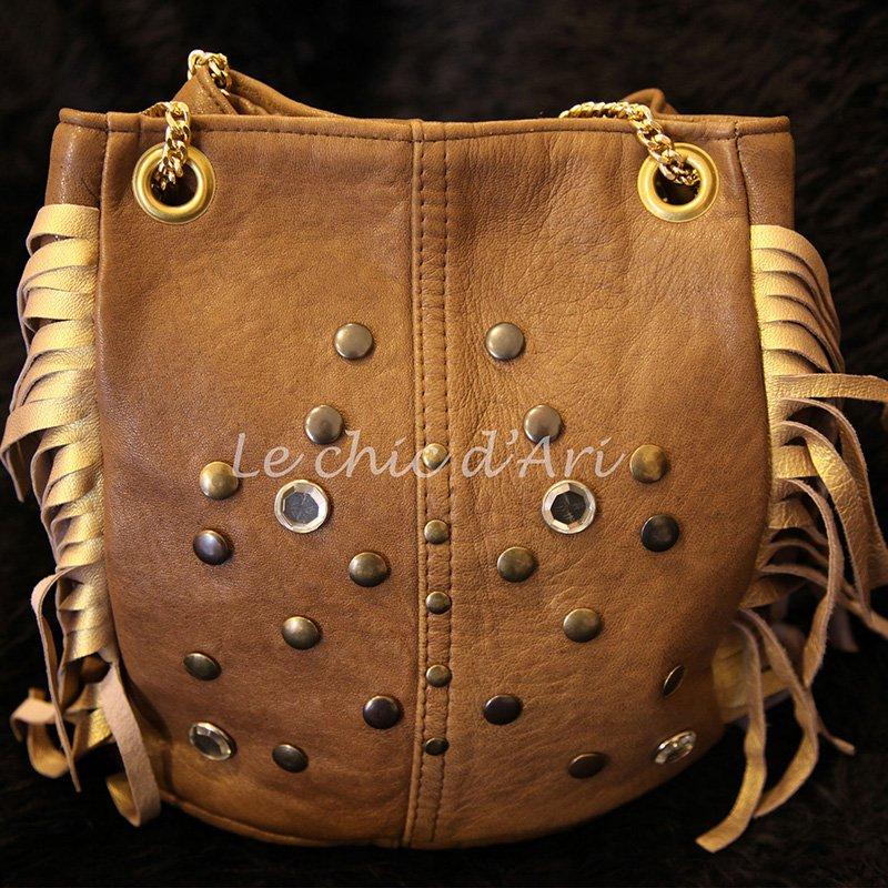 Una borsa di color marrone con delle frangette