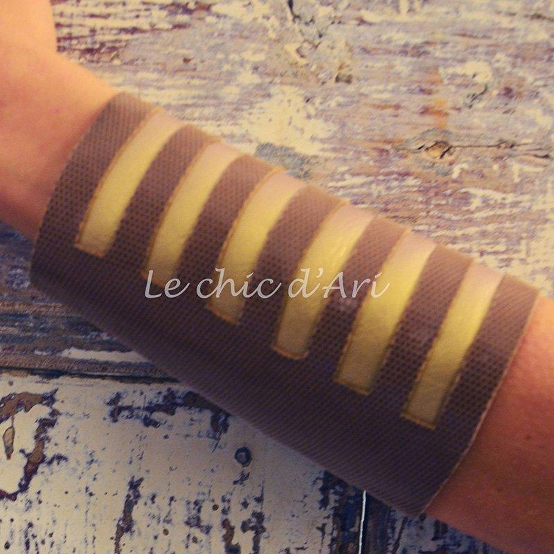 un polsino di color marrone e pelle dorata